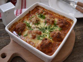 chiftelute-cu-mozzarella-si-sos-de-rosii-2-1