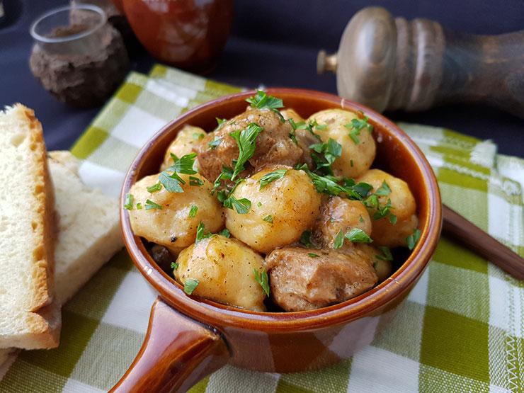 Gulyas de porc cu galuste de cartofi
