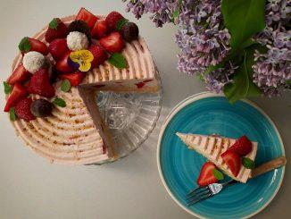 cheesecake-cu-ciocolata-alba-si-capsune