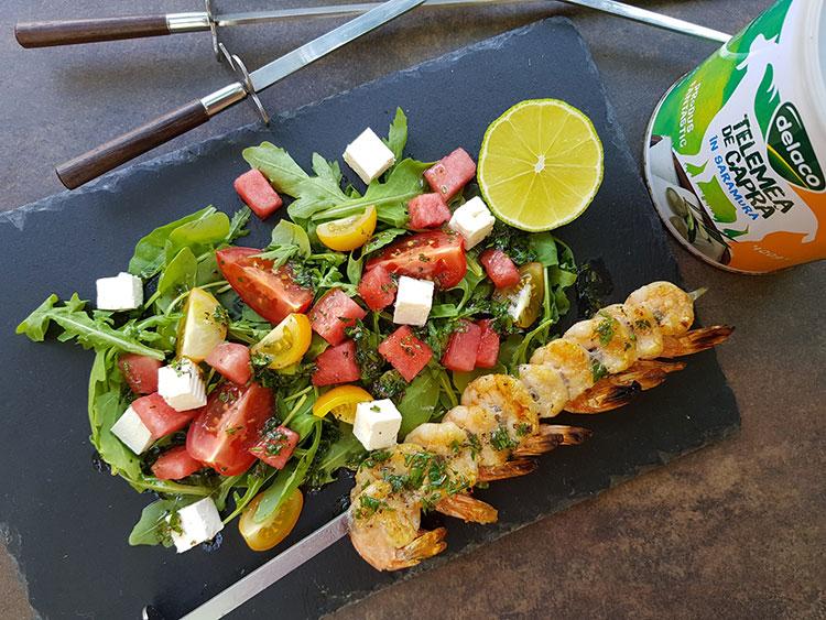 Salata cu creveti la gratar si telemea