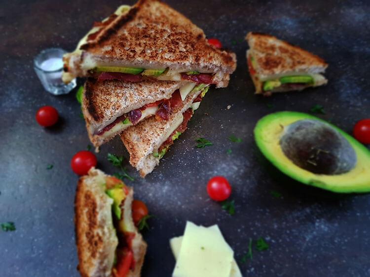 Sandvis cu bacon si avocado