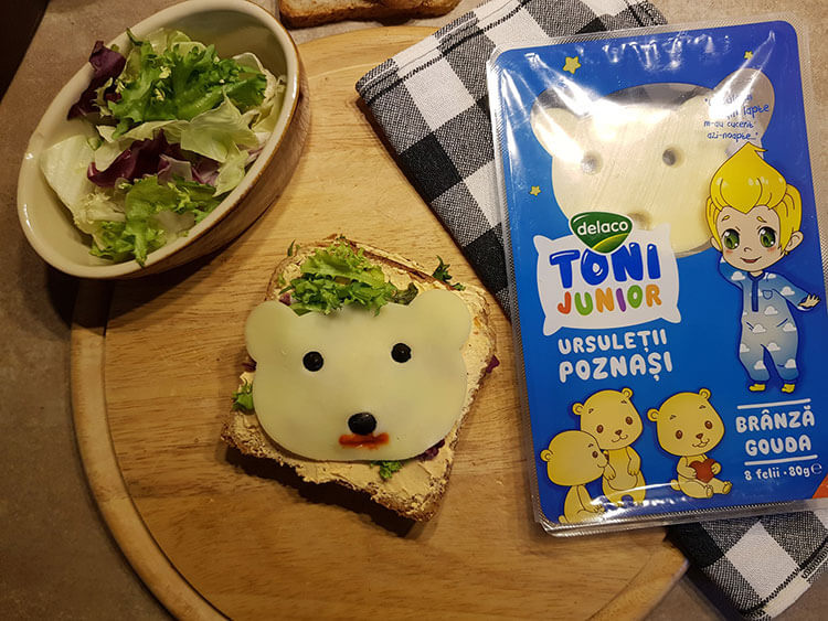 Sandvis cu branzeturi si salata mozaic