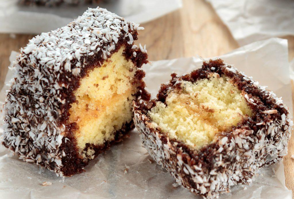 """Prăjitura """"Tăvălită cu cocos"""" – Lamington"""