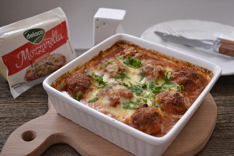 chiftelute cu mozzarella si sos de rosii