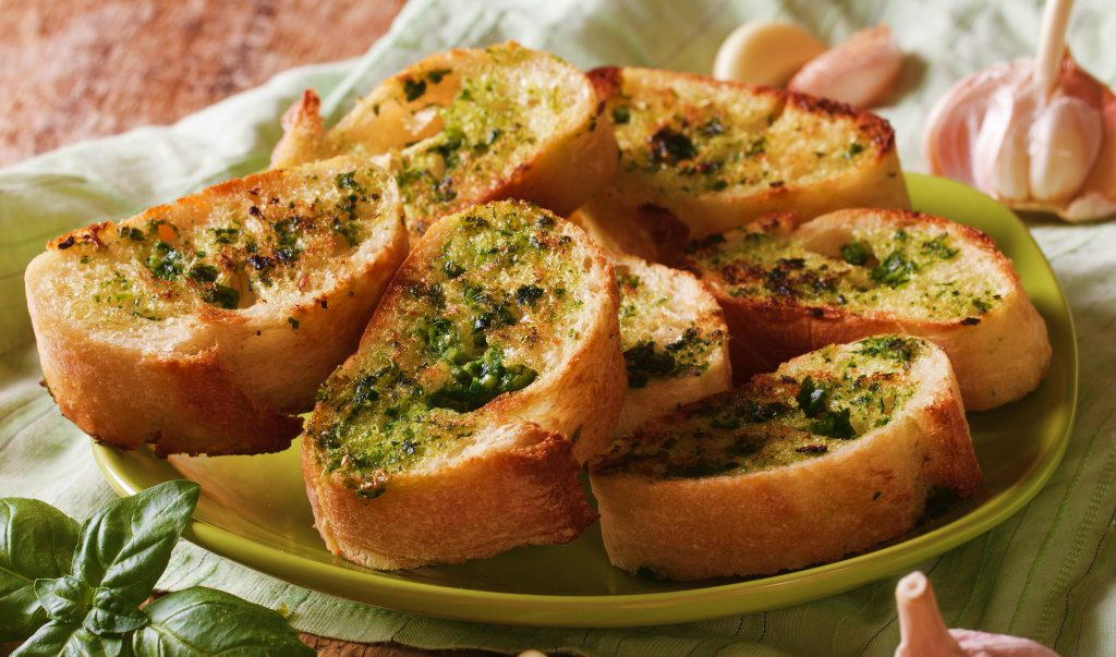 unt de usturoi pe paine prajita