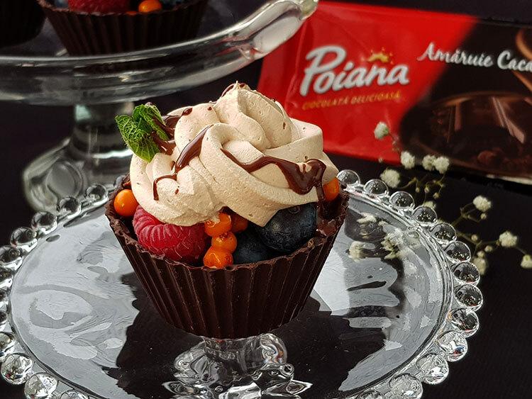 Cosulete de ciocolata cu fructe de padure