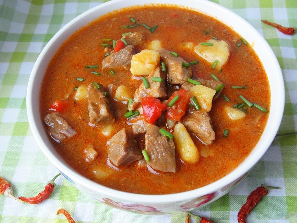 Gulas de vita cu cartofi (reteta traditionala ungureasca)