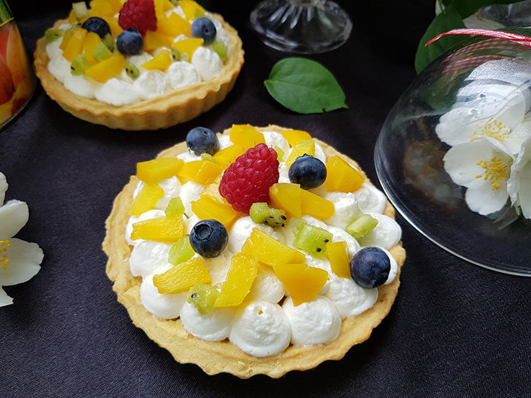 Mini tarte cu crema de branza si fructe