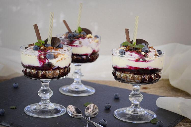 cheesecake la pahar cu afine si ciocolata
