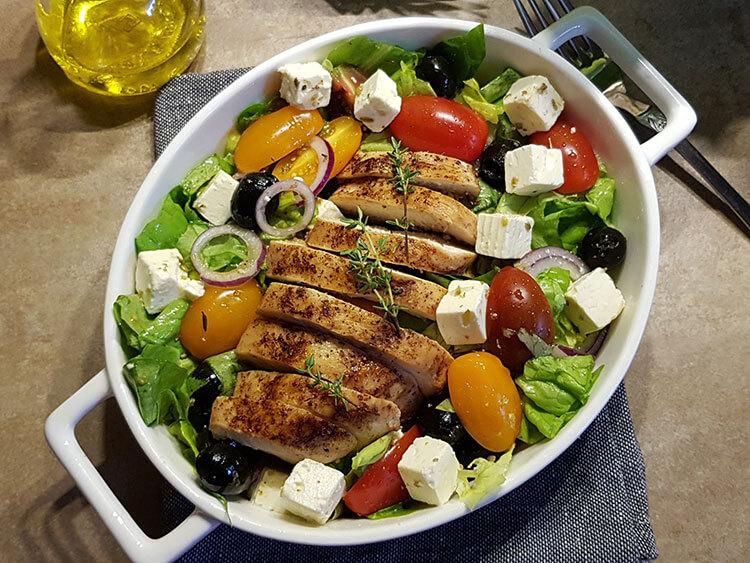 Salata greceasca cu pui si telemea