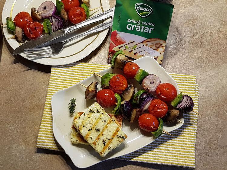 Branza la gratar cu frigarui de legume