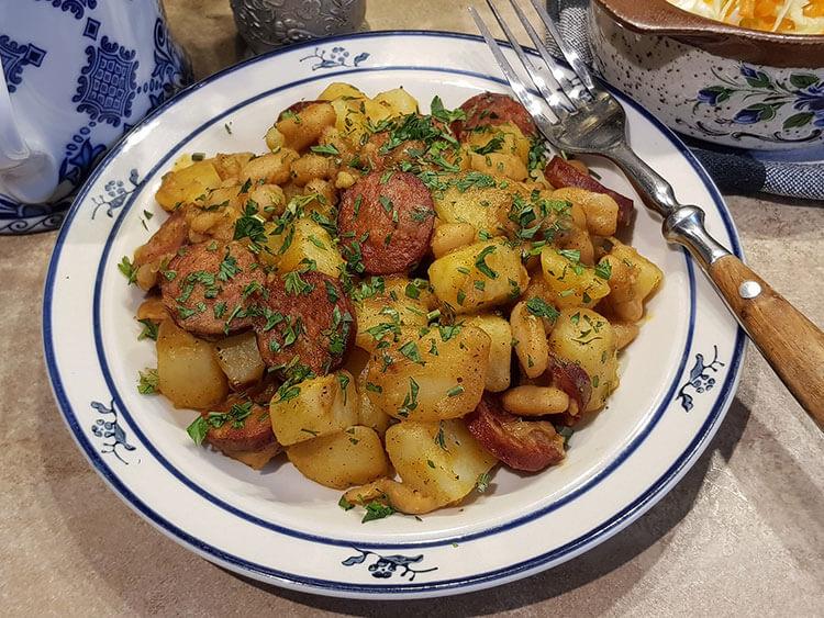 Mancare de fasole cu cartofi la tigaie